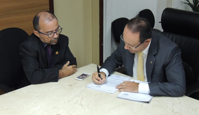 Vereador Sandro Pimentel protocola impeachment e processo começa a tramitar na Câmara